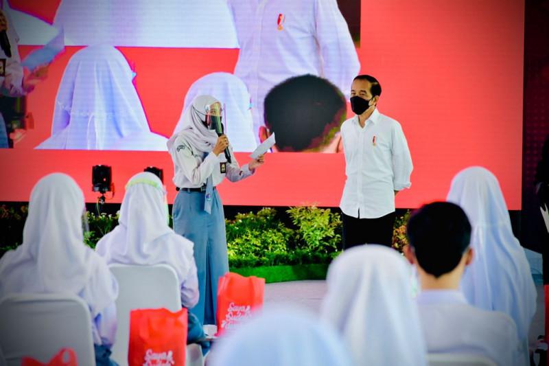Siswi SMAN 2 Cilacap Jateng bacakan puisi di hadapan Presiden