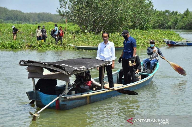 Presiden Jokowi naik perahu saat kunjungan kerja di Cilacap