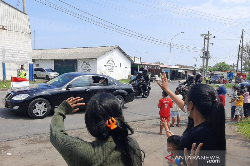 Anak-anak nelayan Cilacap antusias sambut kedatangan Presiden