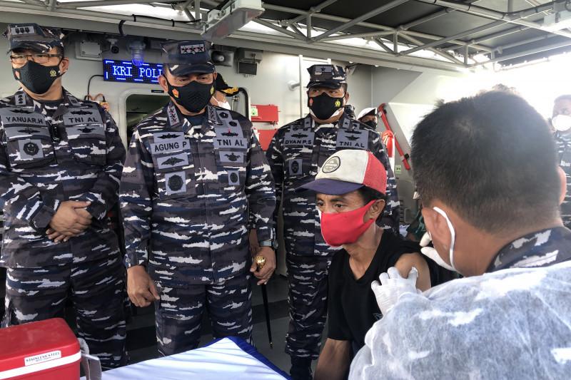 TNI AL gelar vaksinasi COVID-19 di tengah perairan Teluk Jakarta