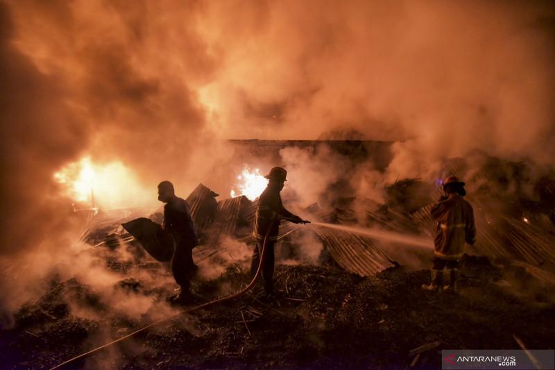 Kebakaran pabrik pembuatan kursi rotan di Medan