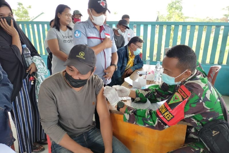 Satgas TNI layani vaksinasi warga di perbatasan RI-PNG