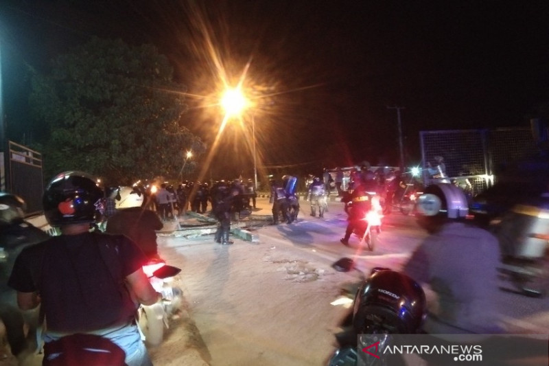 Polisi bubarkan demonstran peringati dua tahun tewasnya Randi-Yusuf