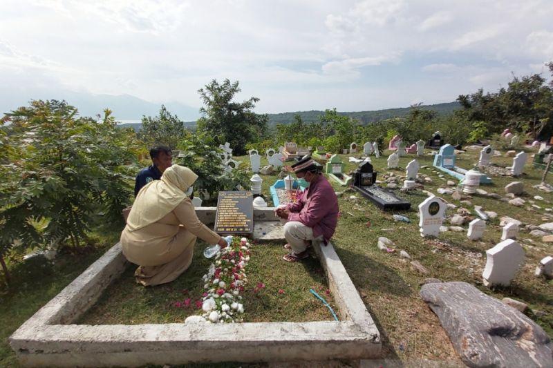 Ratusan warga panjatkan doa di kuburan massal korban bencana 2018 Palu