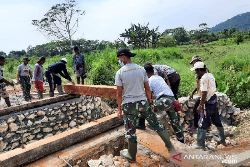 Satgas TNI Yonif 131 bangun jembatan untuk warga perbatasan RI-PNG