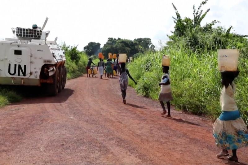 Pengawalan pengungsi saat ambil air di hutan Tambura