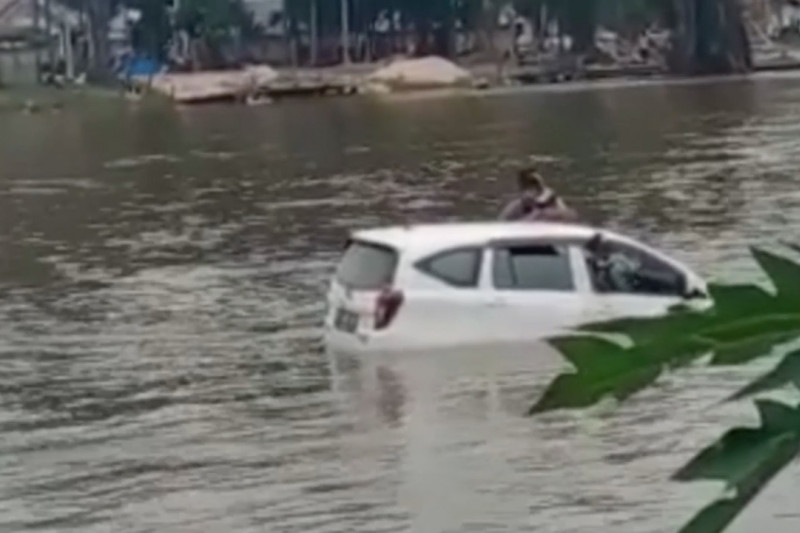 Basarnas Kendari evakuasi penumpang mobil yang hanyut di sungai
