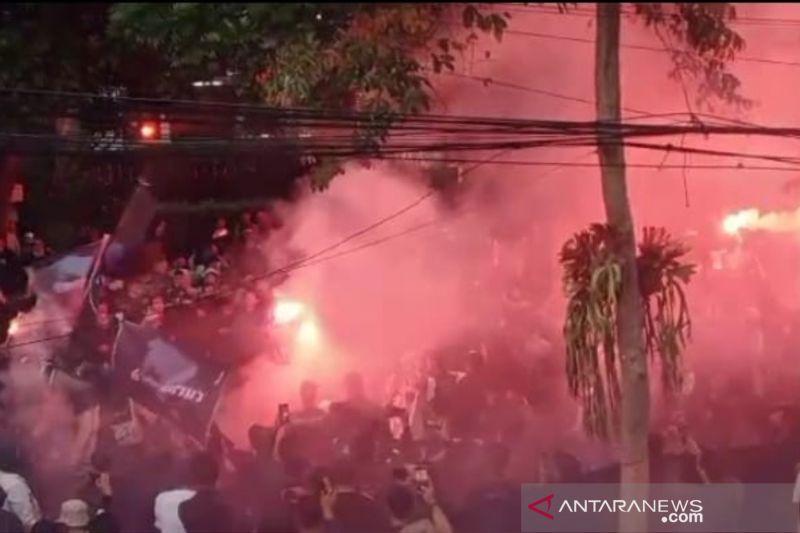Ratusan Bobotoh aksi bakar ban dan nyalakan suar di Graha Persib thumbnail
