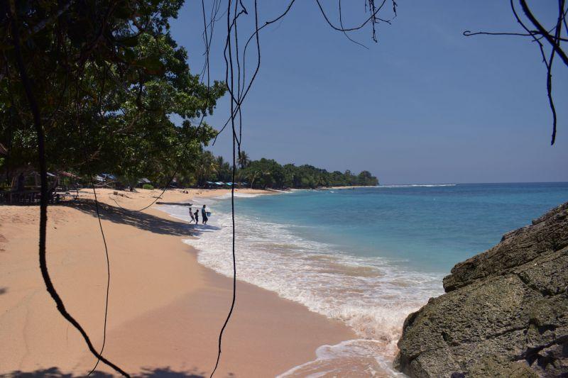 Merenungkan keagungan Indonesia di pantai tertimurnya di Base G thumbnail