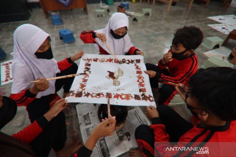 Berkolaborasi, Museum Batik-Disidk Pekalongan latih siswa SD membatik thumbnail