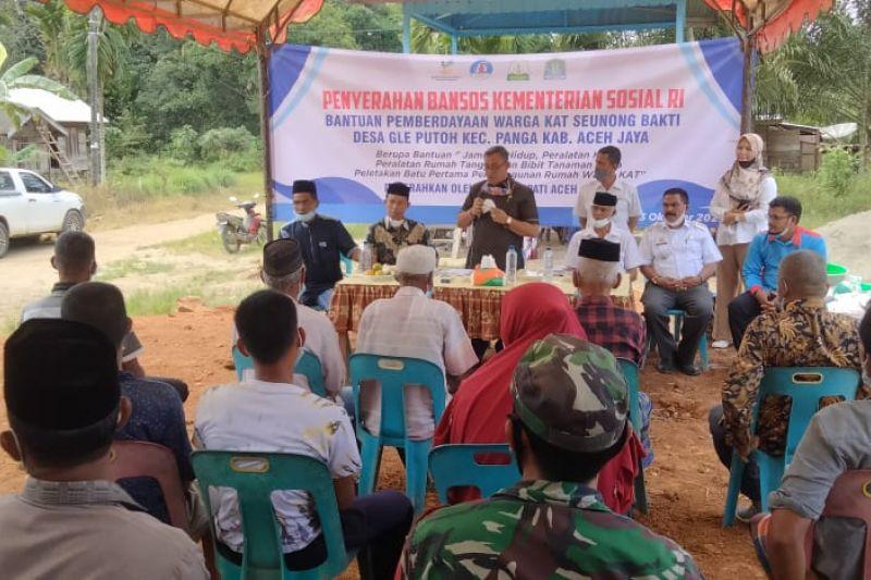 Puluhan Komunitas Adat Terpencil di Aceh Jaya terima bantuan Kemensos thumbnail