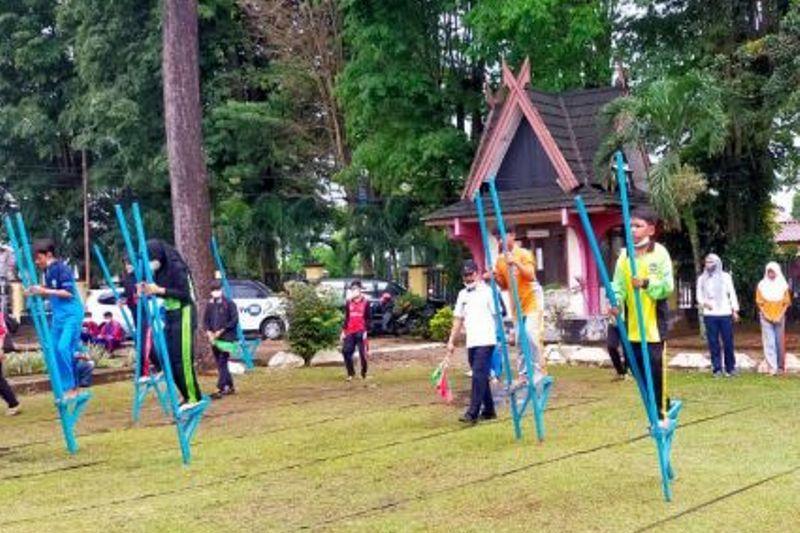 Museum Siginjei hidupkan permainan tradisional egrang di Jambi thumbnail