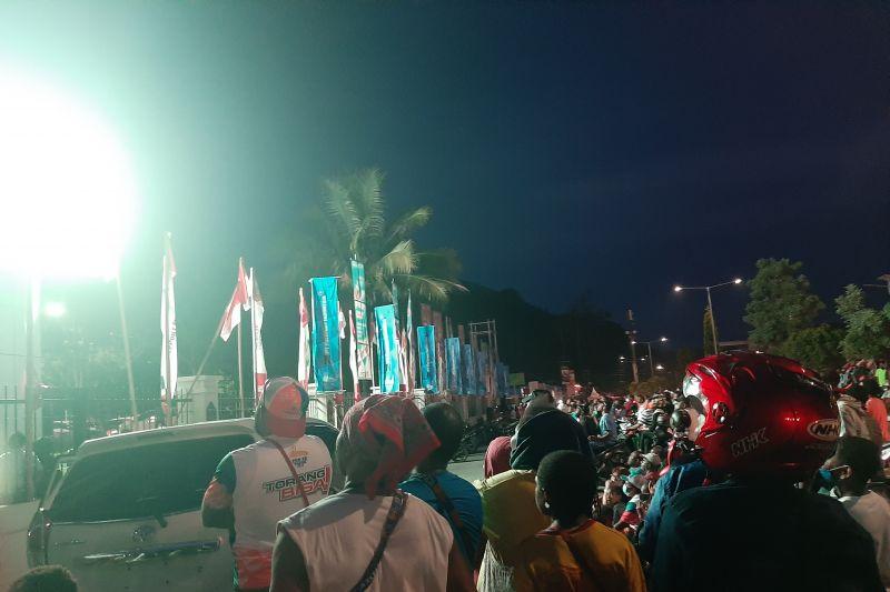 Warga sekitar Stadion Lukas Enembe nonton bareng laga Papua vs Aceh thumbnail