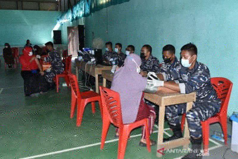 TNI AL gencarkan vaksinasi masyarakat maritim di Kabupaten Sorong