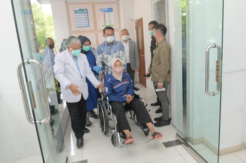 Ridwan Kamil antar atlet PON yang cedera ke rumah sakit thumbnail