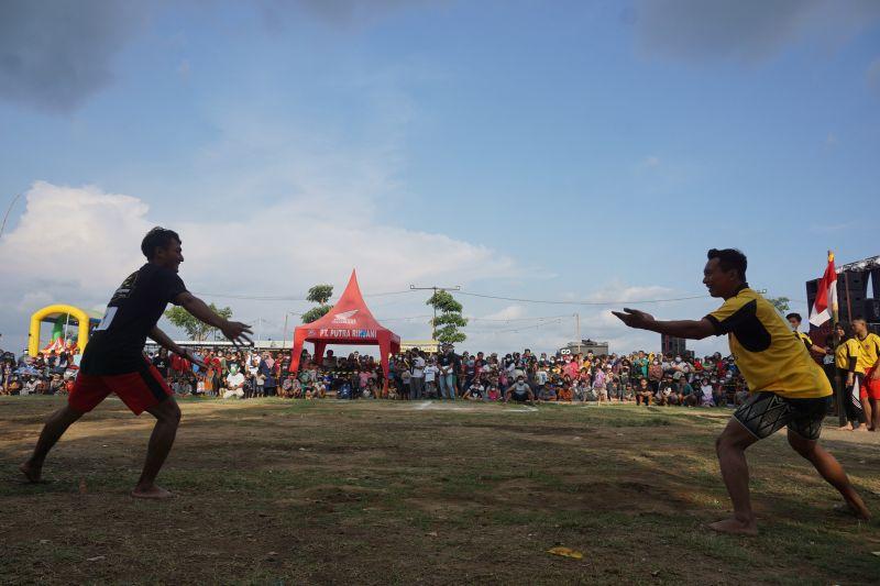"""Ratusan warga tonton  permainan tradisional """"bentengan"""" di Tulungagung thumbnail"""