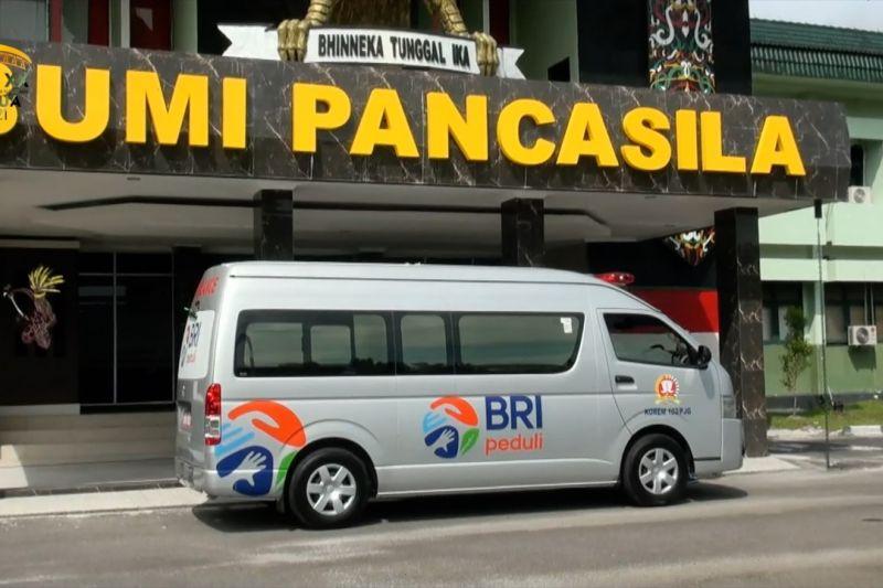 Korem 102 Pjg terima 1unit ambulans dari BRI Palangka Raya thumbnail