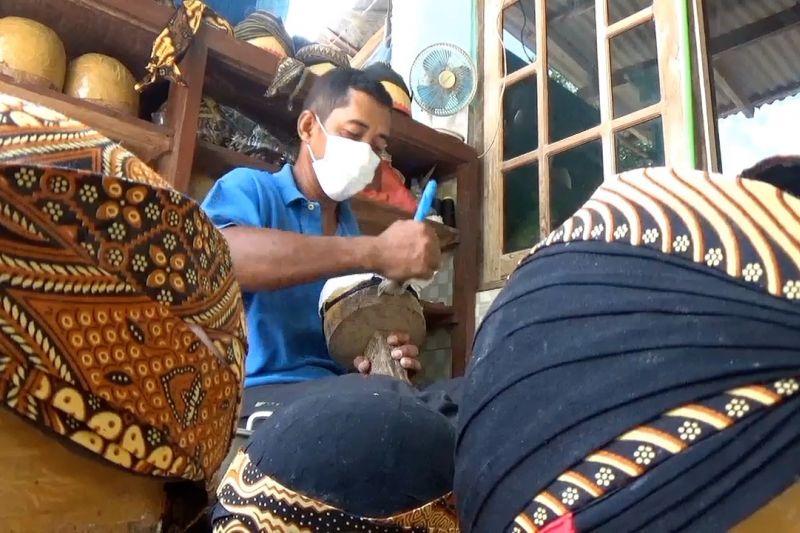 Menengok produksi blangkon di Klaten thumbnail