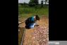 Usai wisuda, Serlika Agni langsung ke makam ayahnya