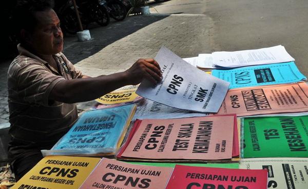 Kenaikan gaji PNS 10 persen pada 2012