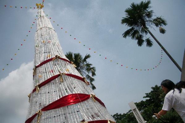 Pohon Natal Gereja St. Theresia terbuat dari sampah