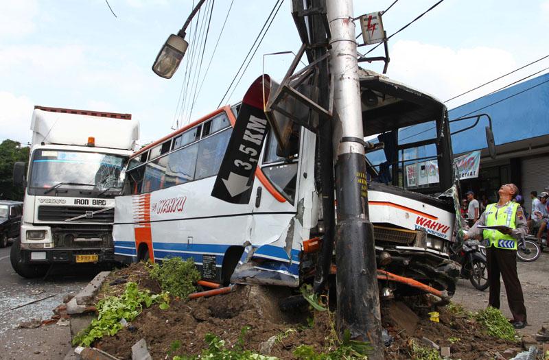 Tiga Orang Tewas Dalam Kecelakaan Bus