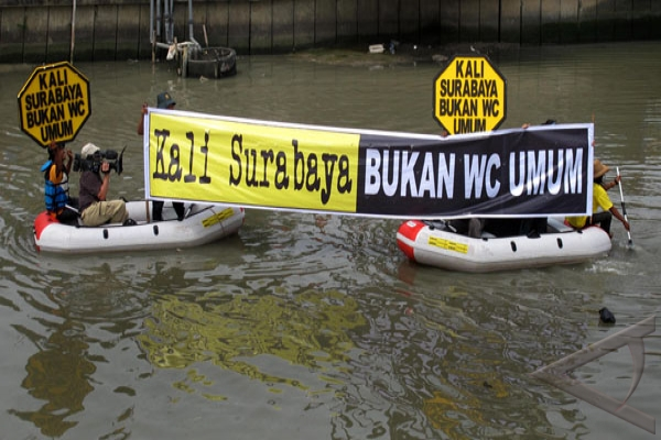 Aktivis lingkungan Surabaya gelar aksi tebar benih ikan