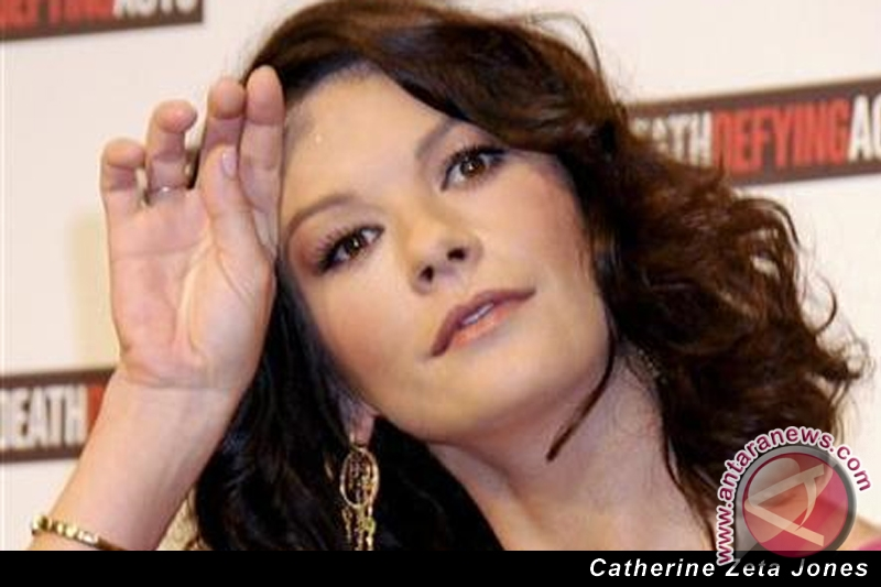 Katherine Zeta Jones - Any hand marks for Bipolar Disorder? 20110225100250catherinezetajones