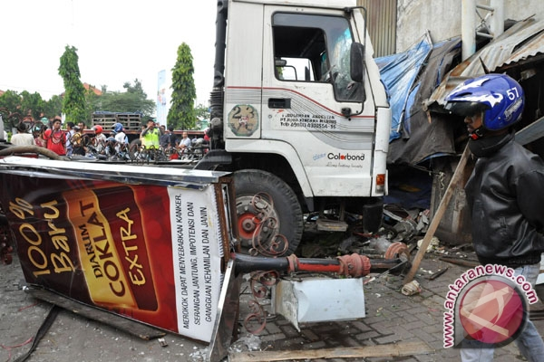 Truk tabrak rumah di Tasikmalaya