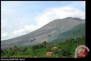 Pendaki Gunung Guntur tertimpa batu