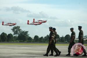 16 pesawat Grob TNI AU  sukses bentuk formasi 70