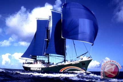 Greenpeace sends Rainbow Warrior to test Japan Seawater