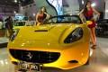 Ferrari California Ajang IIMS 2011 (24/7). Mobil sport touring dua pintu beratap logam lipat yang diluncurkan pertama kali tahun 2008 diajang Paris Motors Show. Kombinasi disain aerodinamika terbaik dan dukungan mesin V8 yang menghasilkan kemampuan akselerasi 0 - 100 km/jam dapat dicapai dalam waktu kurang dari 4 detik. Ferrari California memiliki kecepatan maximum 310 km/jam .