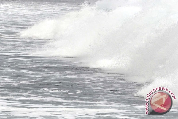 Waves West of Bengkulu four meters high