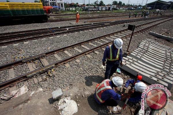 Sejumlah pekerja menyelesaikan pembangunan jalur ganda kereta api di