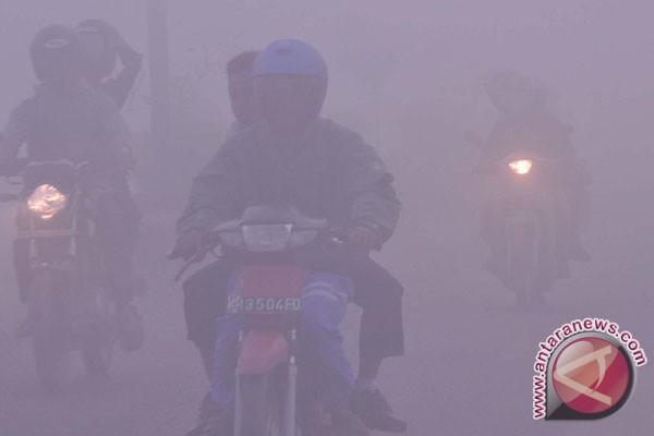 Udara malam Dumai diselimuti kabut asap pekat