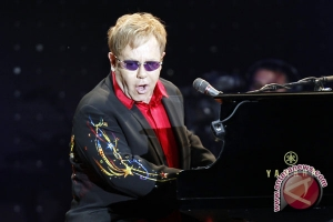Elton John joins with US agencies on new aids program