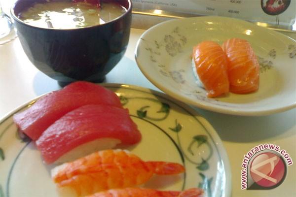 Bersenang-senang sambil pecahkan rekor makan sushi