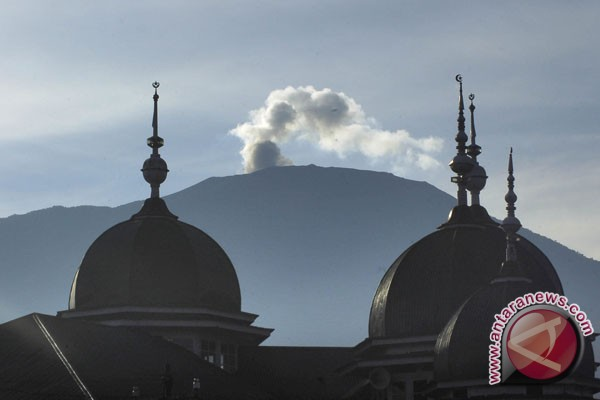Mt. Marapi spews volcanic ash on Sunday morning