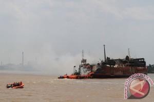 Air Sungai Barito surut, banyak tongkang terperangkap