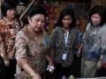 Ibu Negara Ani Yudhoyono (kiri) bersama Menteri Perdagangan Marie Elka Pangestu (kanan), saat meninjau salah satu stan UKM batik pada peringatan Hari Batik Nasional 2011 di Lapangan Jetayu, Kota Pekalongan, Jateng, Senin (3/10). Peringatan Hari Batik Nasional akan berlangsung hingga 5 Oktober mendatang. (FOTO ANTARA/R. Rekotomo)