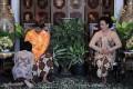 GKR Bendara (kiri) meminta restu kepada kedua orang tua Sri Sultan Hamengku Buwono X (kedua kiri) dan GKR Hemas (kanan) saat upacara Ngabekten atau meminta restu jelang pernikahan di Kraton Kilen, Kompleks Kraton Yogyakarta, Yogyakarta, Minggu (16/10). (FOTO ANTARA/Puspa Perwitasari/11)