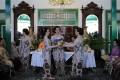 Putri bungsu Sri Sultan Hamengku Buwono X, GKR Bendara (kiri) menyerahkan plangkah kepada kakak keempatnya GRAj Nur Abra Juwita (kanan) di Kraton Kilen, Kompleks Kraton Yogyakarta, Yogyakarta, Minggu (16/10). GKR Bendara meminta izin untuk menikah terlebih dahulu kepada kakaknya GRAj Nur Abra Juwita dengan memberikan plangkah berupa seperangkat pakaian lengkap dengan disaksikan kedua orang tuanya. (FOTO ANTARA/Puspa Perwitasari/11)