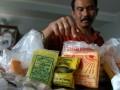Petugas dari Disperindagkop Kota Bogor, memperlihatkan bahan makanan berbahaya berupa boraks dan pewarna tekstil untuk makanan yang berhasil disita di Pasar Bogor, Jabar, Senin (24/10). Petugas menyita pewarta tekstil dan borak dari sejumlah toko bahan makanan serta 2000 potong tahu yang mengandung bahan berbahaya di Pasar Bogor, karena dapat membahayakan kesehatan konsumen. (FOTO ANTARA/Jafkhairi/ed/Spt/11)