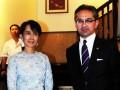 Menlu Marty Natalegawa disambut Daw Aung San Suu Kyi di beranda rumahnya sesaat sebelum dilakukannya pertemuan empat mata di Yangoon, Myanmar, Sabtu (29/10) malam. (FOTO ANTARA/Kemenlu-Wanton Saragih/HO)