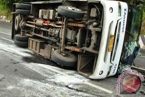Bus terguling, seorang pemudik tewas