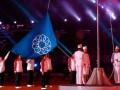 Sejumlah atlet legendaris Indonesia dan petugas Paskibra menaikkan bendera SEA Games saat akan dikibarkan dalam upacara pembukaan SEA Games XXVI di Stadion Sriwijaya, Kompleks Olah Raga Jakabaring, Palembang, Sumsel, Juma (11/11) malam. (FOTO ANTARA/M Risyal Hidayat)
