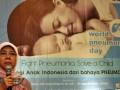 Dosen FK Unair, Retno Setyaningrum, menjelasakan penyebab dan akibat radang paru-paru akut (Pneumonia) pada anak, di Hotel Novotel, Surabaya, Sabtu (12/11). Kegiatan yang diselenggarakan perusahaan farmasi berbasis penelitian, GlaxoSmithKline (GSK) yang bertepan dengan World Pneumonia Day itu, bertujuan memberi pemahaman kepada masyarakat tentang pembunuh balita nomor dua setelah diare (Riset Kesehatan Dasar 2007). Berdasarkan data WHO 2011, pneumonia membunuh dua juta balita di dunia tiap tahun, atau empat balita meninggal per satu menit, akibat penyakit tersebut. (FOTO ANTARA/Saiful Bahri)