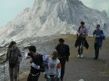 Beberapa wisatawan asing asal Prancis menuruni kaldera Kawah Ijen, Kecamatan Licin, Banyuwangi, Jawa Timur, Minggu (13/11). Pos Paltuding Cagar Alam Taman Wisata Ijen mencatat setiap tahun sekitar 8.000 wisatawan asing dan lokal mengunjungi Kawah Ijen. (FOTO ANTARA/Seno S.)