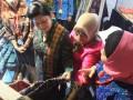 Ibu Ani Yudhoyono, memperhatikan kain songket dan tenun ikat tradisional Indonesia yang dipamerkan dalam Pameran Kerajinan ASEAN, di Nusa Dua, Bali, Rabu (16/11), sebagai rangkaian aktivitas KTT Ke-19 ASEAN. Kerajinan yang banyak dikerjakan perempuan di ASEAN itu memberi sumbangan berarti bagi perekonomian keluarga, negara, hingga secara informal. (FOTO ANTARA/Ade P Marboen)
